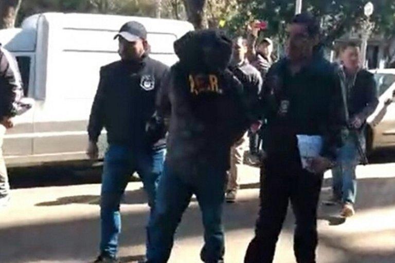 El detenido cuando es ingresando a la dependencia policial.