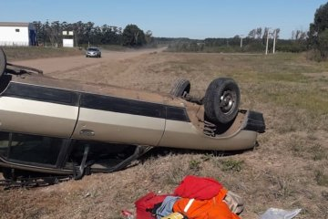 Una conductora perdió el control y terminó volcando su automóvil