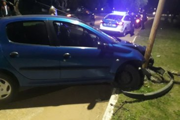 Un automóvil impactó contra una columna de alumbrado público