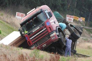Un camión cargado con maderas despistó y volcó en cercanías a Concordia
