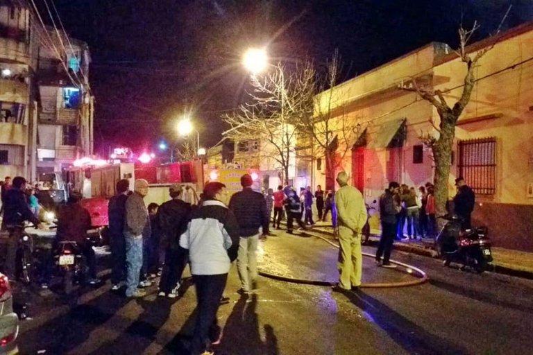 El incendio conmocionó al vecindario en la noche del sábado