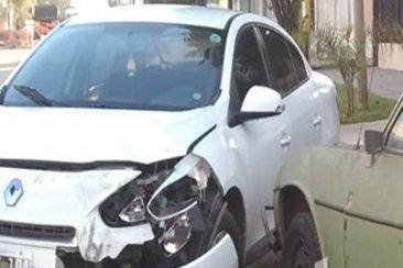 Se distrajo al volante y terminó impactando a otros dos autos que estaban estacionados