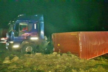 Un camión que transportaba yerba mate despistó y volcó en ruta 14