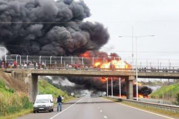Un camión cisterna se incendió en plena autovía 14