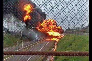 VIDEO: Los celulares registraron los primeros minutos del dantesco incendio de un camión