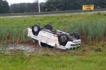 Una camioneta se salió del asfalto y quedó semi sumergida con sus ruedas hacia arriba