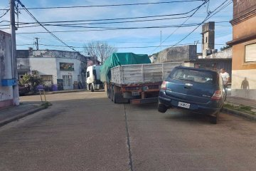 Un vehículo estacionado fue impactado y arrastrado por un camión