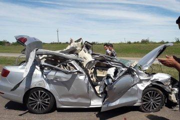 Destrozó su auto al chocar contra un camión