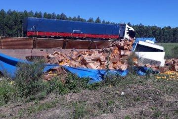 Un camión cargado con cítricos volcó en la autovía 14