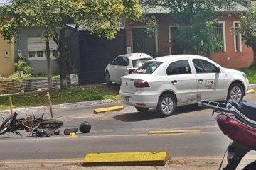 Un motociclista resultó herido tras colisionar contra un remís