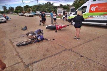 Violento impacto entre dos motos terminó con sus conductores lesionados
