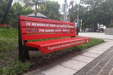 """Inauguraron el """"Banco Rojo"""" en la Plaza 25 de Mayo"""