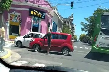 Choque céntrico entre un remís y un auto particular