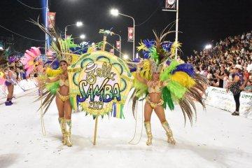 La comparsa Bella Samba presenta sus figuras en la Costanera de Concordia