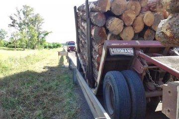 RUTA 14: Un camión terminó en la banquina luego de sufrir una falla mecánica