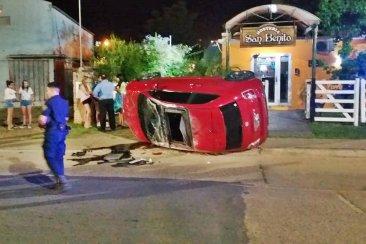 Un automóvil volcó en una avenida y por milagro no arrolló a un grupo de personas