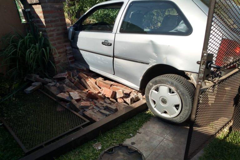 Un automóvil despistó y terminó incrustado en una vivienda