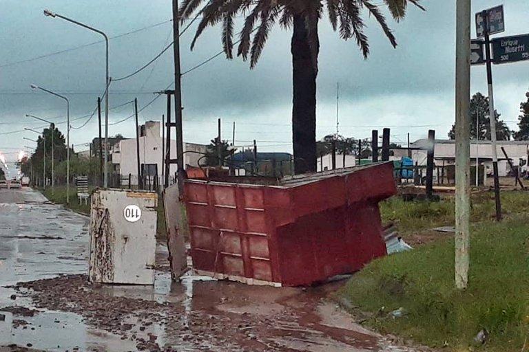 Un acoplado fue sacado de un predio y quedó sobre calle Concejal Veiga
