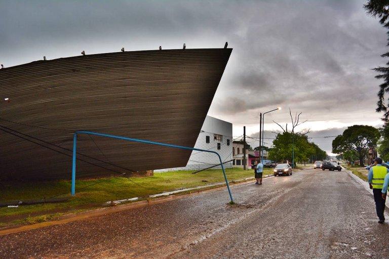 El techo de un ex galpón de empaque fue levantado por la fuerza del viento