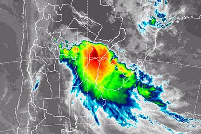 La imagen de satélite muestra claramente el temporal sobre el litoral argentino