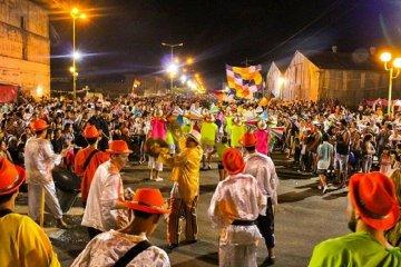 Los carnavales populares de Gualeguaychú arrancaron con un murguero fallecido y una batalla campal con policías heridos