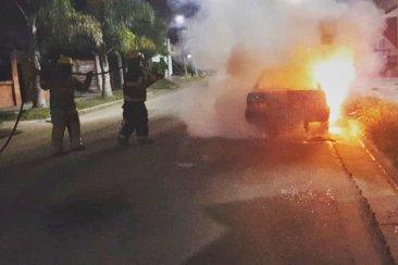 Durante la madrugada se incendió un auto que estaba en la vía pública