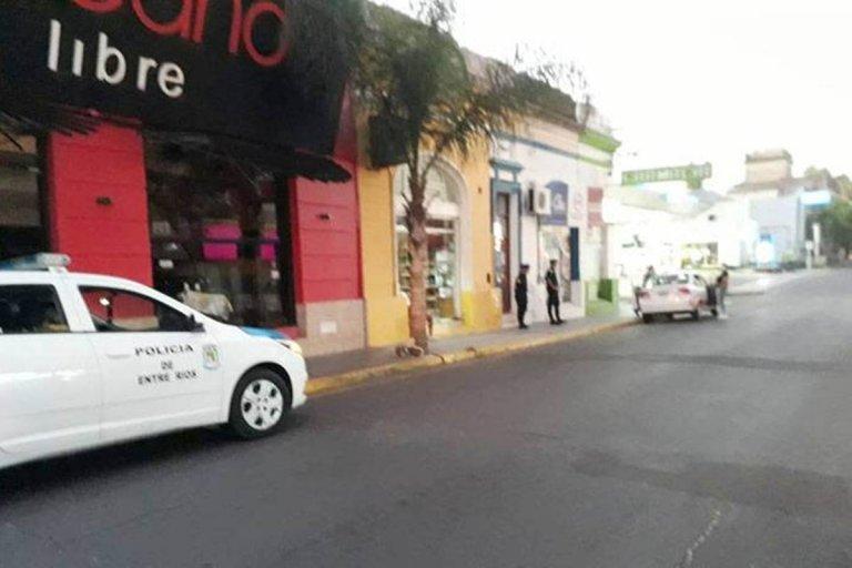 Personal policial frente al edificio de calle Pellegrini y Catamarca