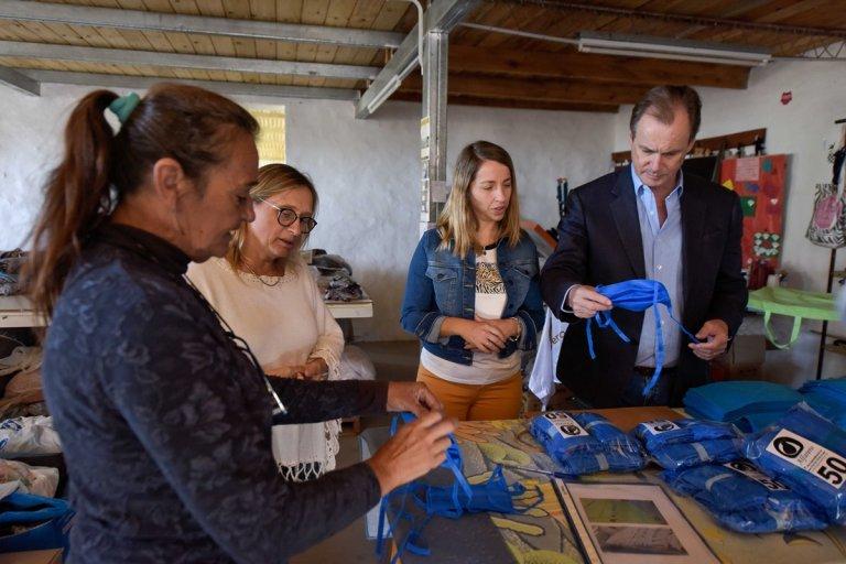 Bordet visitó una cooperativa de trabajo textil entrerriana que fabrica barbijos