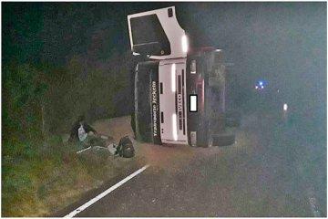 Volcó un camión con alimento vacuno a metros de la ruta 18