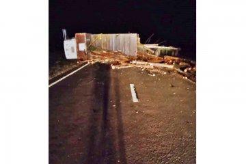 RUTA 18: Volcó un camión que transportaba postes de eucalipto