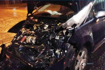 Fuerte impacto entre un auto y un colectivo de la línea 9
