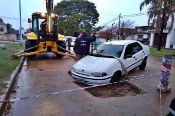 Otro auto debió ser rescatado tras caer en un pozo en Concordia