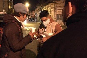 Jóvenes concordienses compartieron bebidas calientes en la calle para combatir el frío