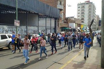 Profesores de Educación  marcharon reclamando por la rehabilitación de las actividades
