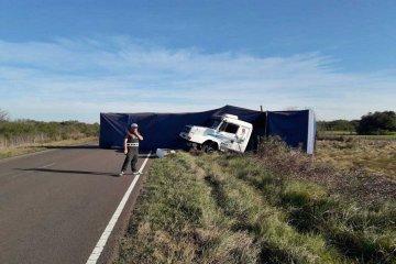 Perdió el control del camión y terminó volcando el acoplado a pocos kilómetros de ruta 18