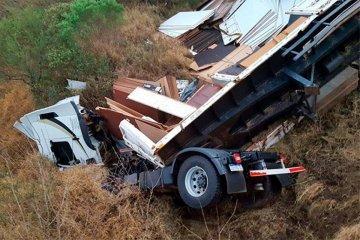 Un camionero se salvó de milagro al caer desde un puente en la Ruta 18