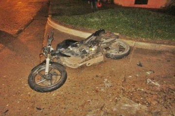 Un motociclista mensajero terminó con fractura de tibia y peroné tras ser chocado por un auto