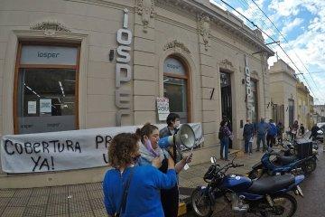Docentes se manifestaron frente a IOSPER para reiterar una serie de reclamos