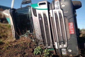 RUTA 18: Un camión volcó en el acceso a San Salvador y de milagro no fue una tragedia