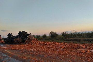 Un camión volcó su carga de ladrillos en plena ruta 22