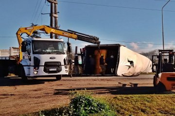 RUTA 18: Aún hay inconvenientes en el tránsito vehicular por el vuelco del camión en San Salvador