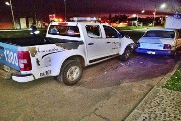 Un patrullero terminó incrustado en un auto estacionado y nadie sabe por qué