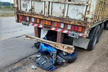 Un motociclista terminó con fractura expuesta tras impactar con un camión