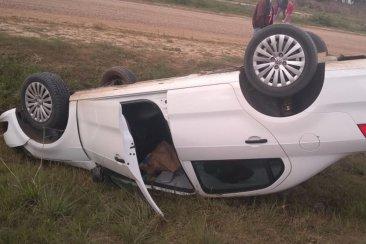 Perdió el control de su automóvil y terminó volcando en la cuneta