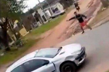 La policía dio con uno los supuestos participantes en el tiroteo filmado por vecinos