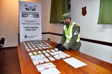 Trasladaban más de 1.200.000 pesos ocultos en la cabina de dos camiones con destino a Paraná