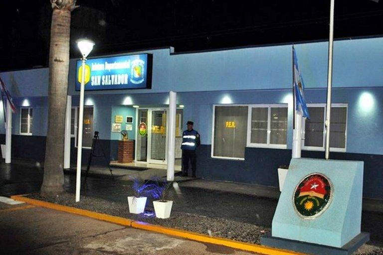 Ochos policías aislados en San Salvador.