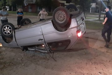 Conducía alcoholizado y volcó su vehículo en plena ciudad
