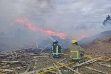 El fuerte viento avivó un incendio en un aserradero y demoró horas poder controlarlo