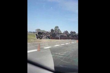 Un camión cargado con maderas volcó sobre ruta 18